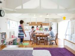 新築もリフォームも手掛けるラ・カーサで、実家と我が家がつながる自由な家が実現しました